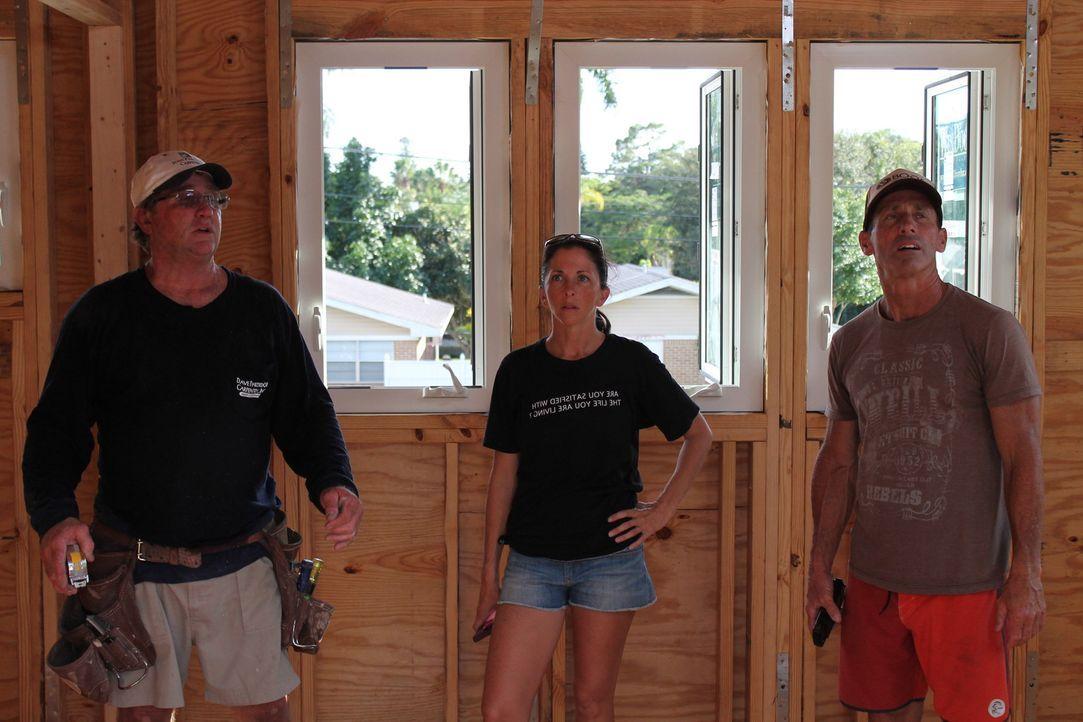 Ein kleines Surf-Haus, das ist der Traum von Jennifer (M.) und Mark (r.). Handwerker Dave (l.) gibt sein Bestes, um all ihre Wünsche zu erfüllen. Do... - Bildquelle: 2015, HGTV/Scripps Networks, LLC. All Rights Reserved.