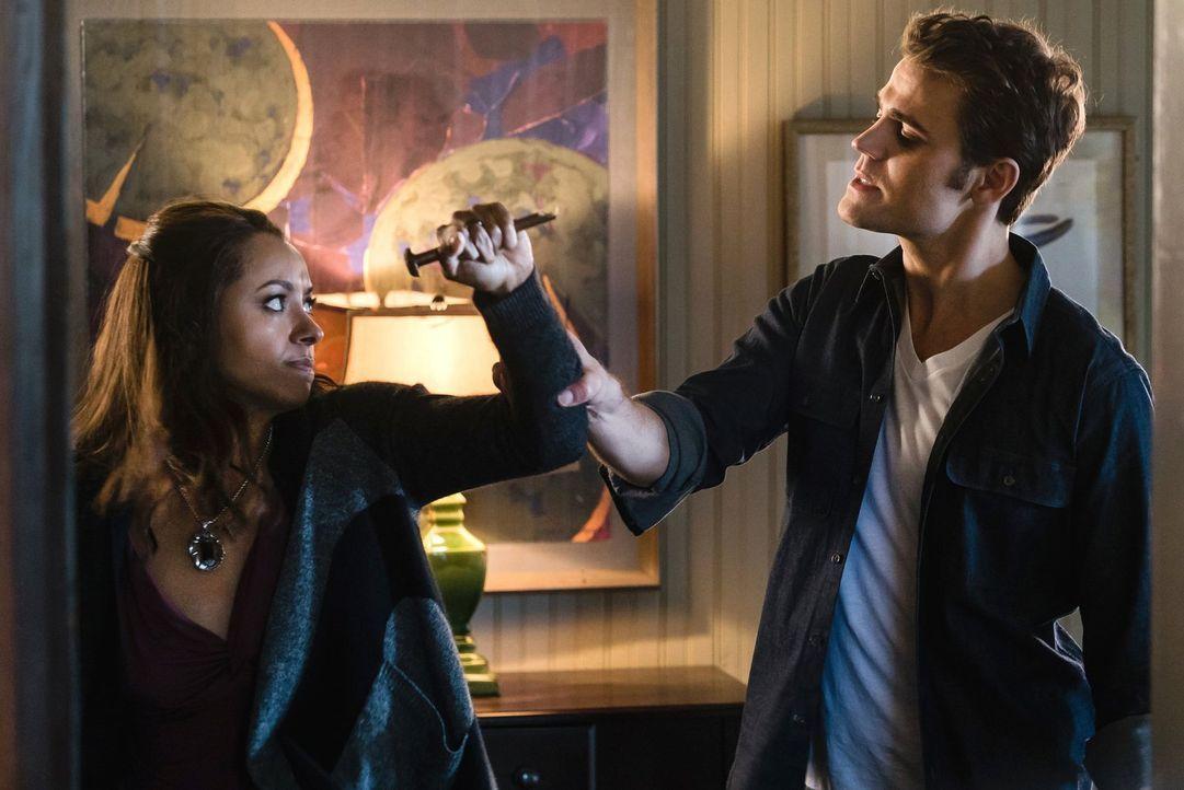 Auch wenn Bonnie (Kat Graham, l.) andere Pläne hatte, muss sie schließlich wieder gegen das Böse kämpfen und dieses Mal auch gegen Stefan (Paul Wesl... - Bildquelle: Warner Bros. Entertainment, Inc.