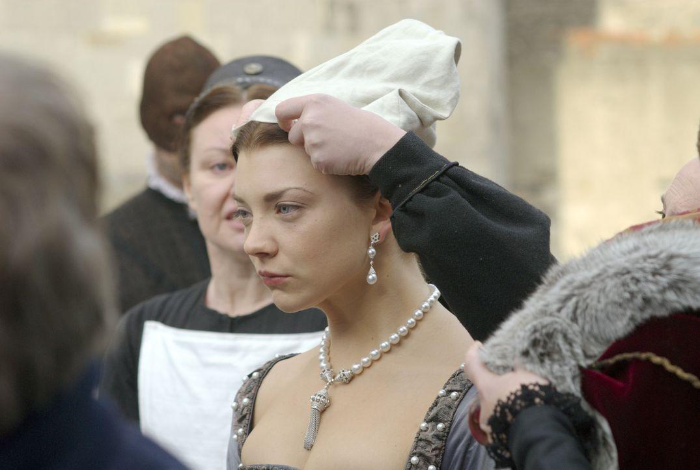 Gefasst erwartet Anne (Natalie Dormer) ihre Hinrichtung. Der König erspart ihr den Scheiterhaufen und lässt ihr die Gnade einer schnellen Enthauptun... - Bildquelle: 2008 TM Productions Limited and PA Tudors II Inc. All Rights Reserved.