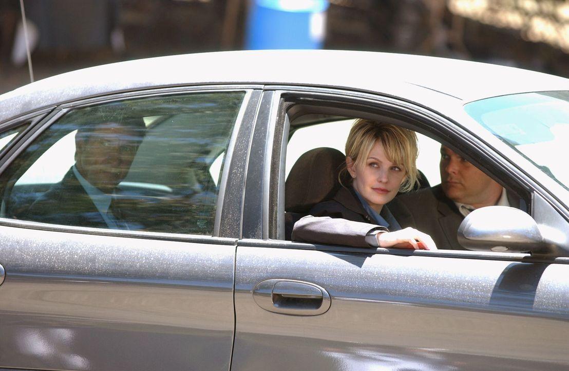 Feuerwehrmann Rob Deamer (Brett Cullen, l.) wird verdächtigt, seine erste Frau getötet zu haben. Er will Lilly Rush (Kathryn Morris, M.) und Ronnie... - Bildquelle: Warner Bros. Television