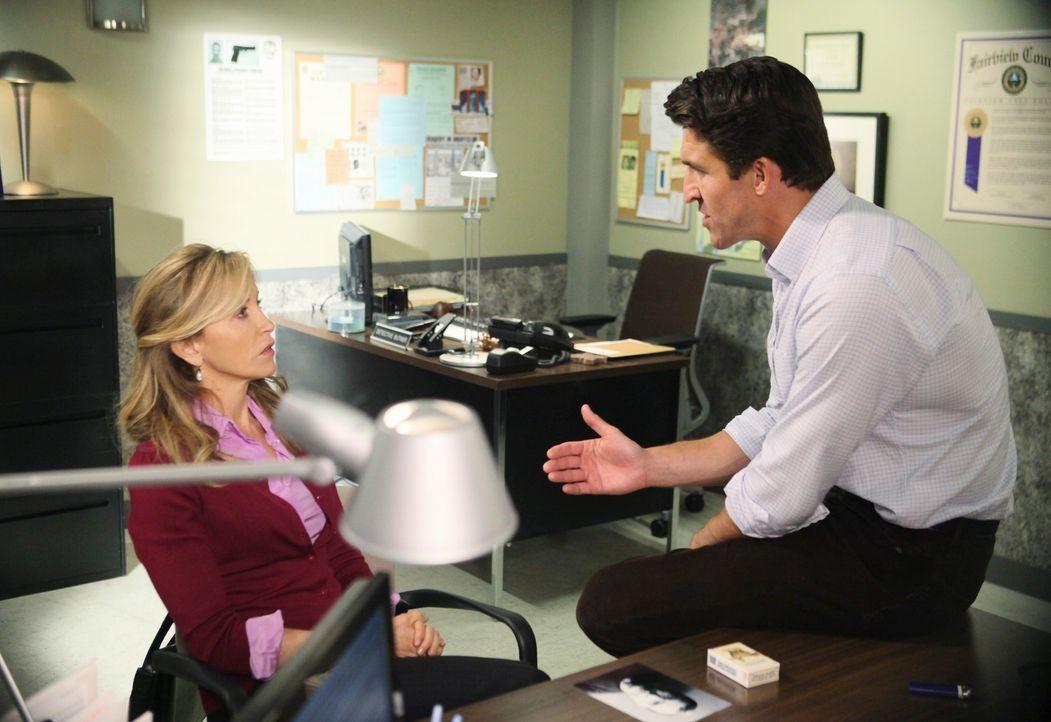 Während Bree ihren Frust in Alkohol ertränkt, versucht Chuck (Jonathan Cake, r.) alles, um von Lynette (Felicity Huffman, l.) und den anderen Hausfr... - Bildquelle: ABC Studios