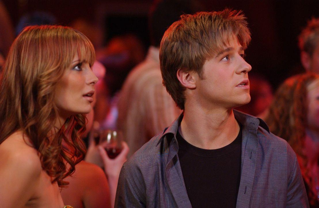 Marissa (Mischa Barton, l.) und Ryan (Benjamin McKenzie, r.) sind geschockt, als sie auf Gradys Party Hailey als Stripperin entdecken ... - Bildquelle: Warner Bros. Television