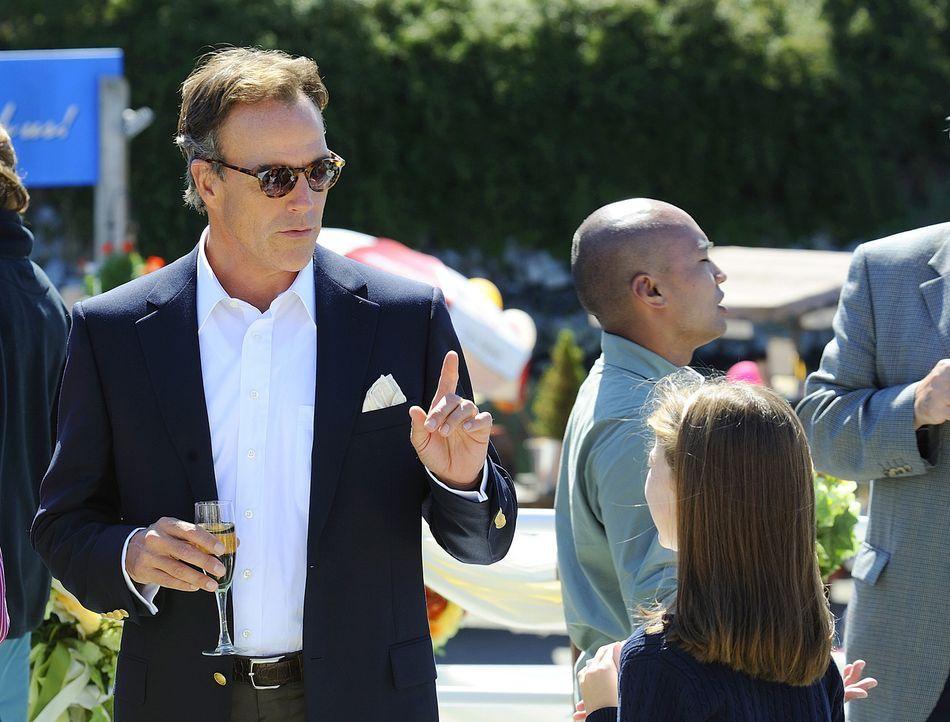 Thomas Wellington (Richard Burgi), der Vater der Braut, hat sich bisher noch nicht so recht mit seinem zukünftigen Schwiegersohn anfreunden können... - Bildquelle: 2009 CBS Studios Inc. All Rights Reserved.