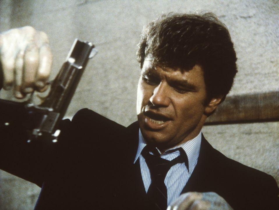 Isbecki (Martin Kove) stellt am Tatort die Tatwaffe sicher. - Bildquelle: ORION PICTURES CORPORATION. ALL RIGHTS RESERVED.