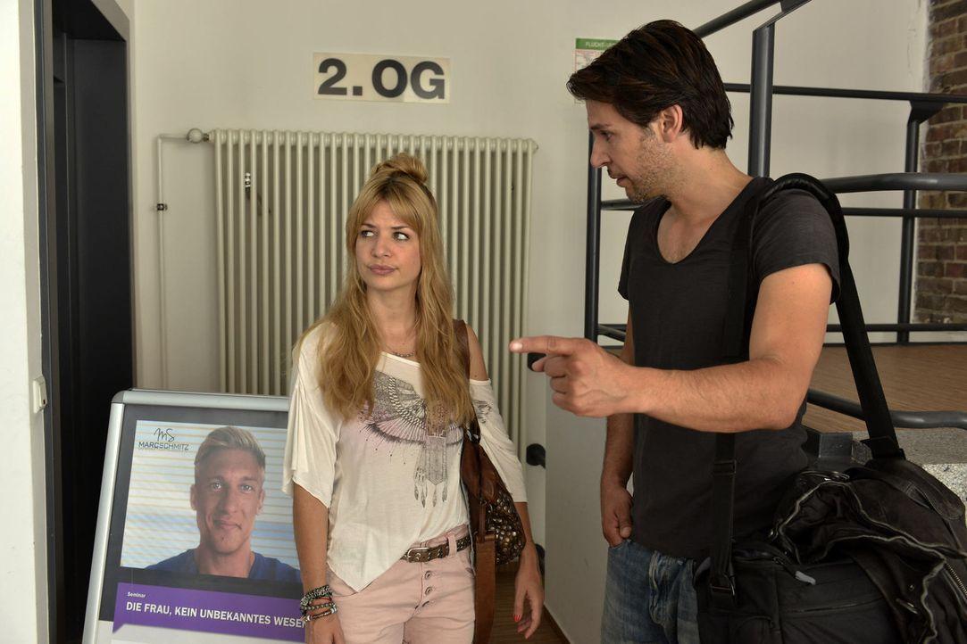 Mila (Susan Sideropoulos, l.) hat es tatsächlich geschafft, Marc zu finden und rastet aus vor Freude. Während Nick (Florian Odendahl, r.) total gene... - Bildquelle: Oliver Ziebe SAT.1