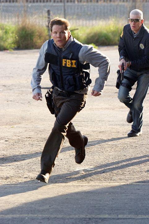 In einem Haus befinden sich Bauteile und Chemikalien für den Bau von Bomben. Colby Granger (Dylan Bruno, l.) und seine Leute vollen das Gebäude stür... - Bildquelle: Paramount Network Television