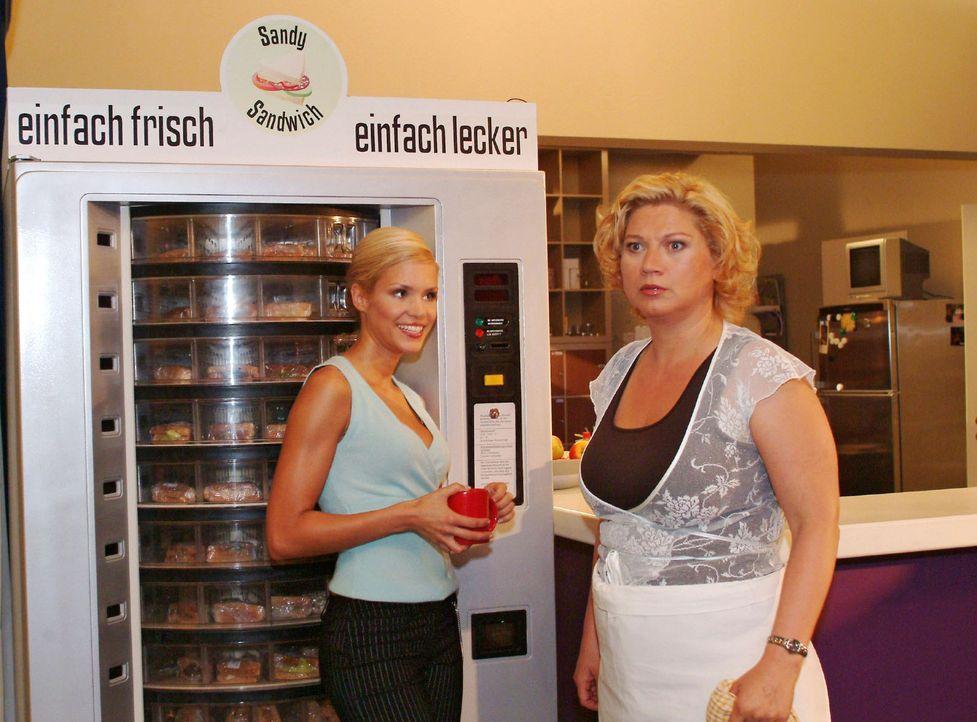 Agnes (Susanne Szell, r.) ist entsetzt, als ein Sandwich-Automat geliefert wird. Sabrina (Nina-Friederike Gnädig, l.) kann sich mit der Bemerkung,... - Bildquelle: Monika Schürle Sat.1