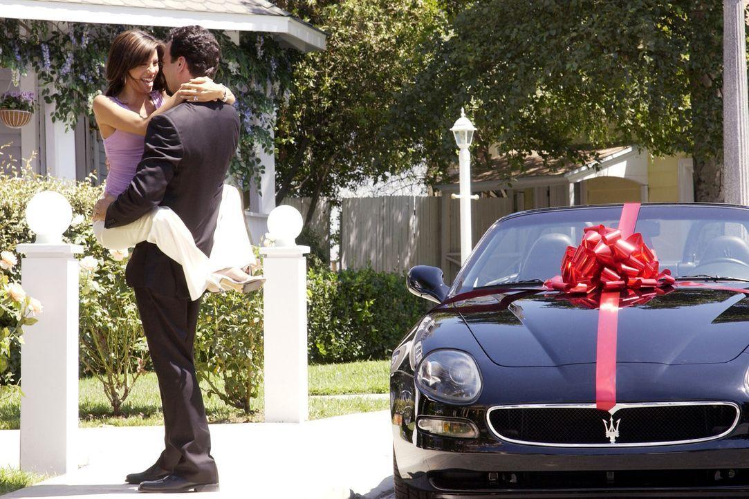 Gabrielle (Eva Longoria, l.) hat es satt, dass Carlos (Ricardo Antonio Chavira, r.) selten zu Hause ist und immer nur Geschenke bringt. Doch dann st... - Bildquelle: Touchstone Television