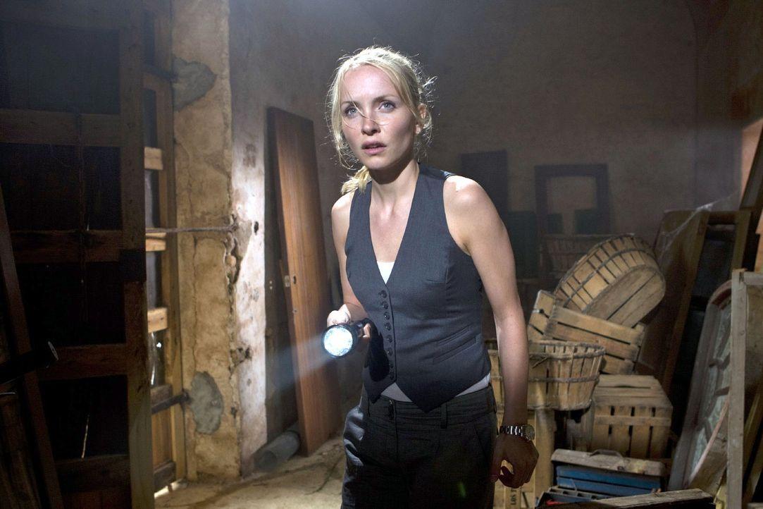 Karla (Janin Reinhardt) inspiziert die alte Mühle, in der ihr Vater von der Biene gestochen wurde. - Bildquelle: Olaf R. Benold Sat.1