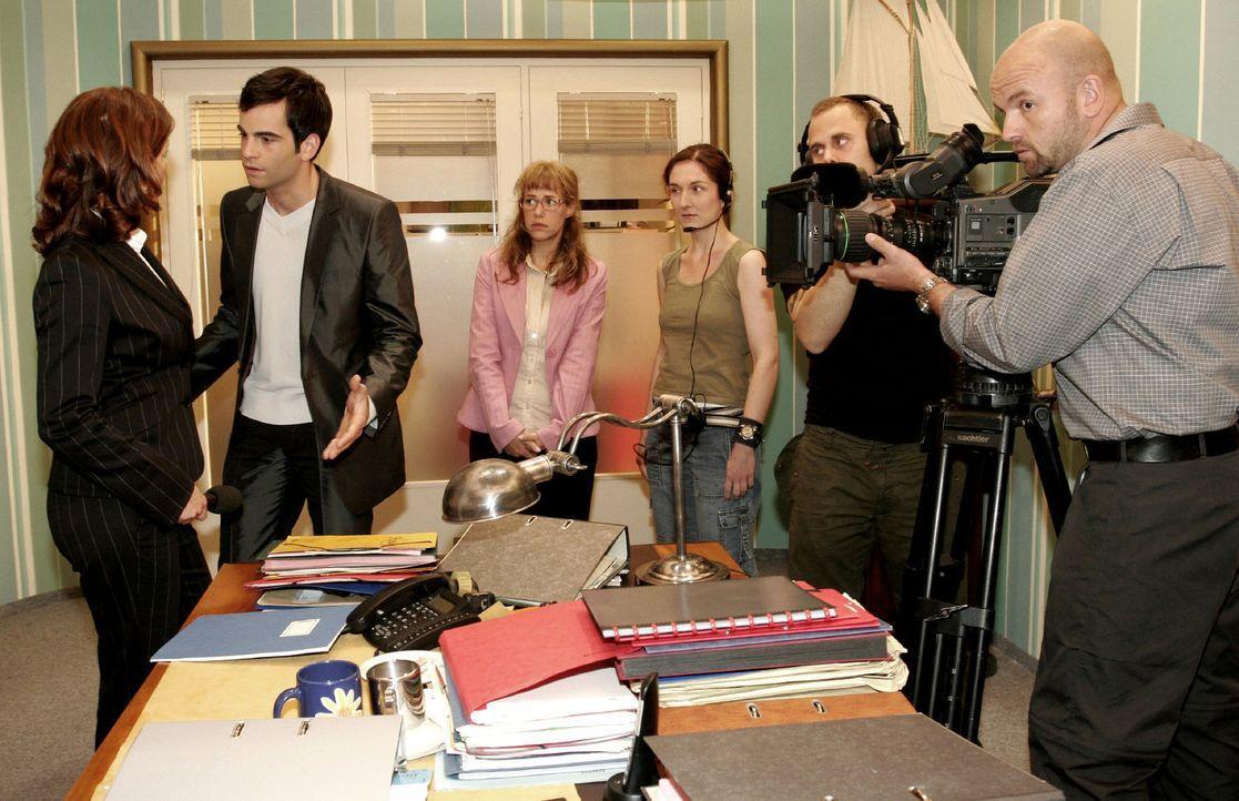 David (Mathis Künzler, 2.v.l.) versucht das Interview, bei dem Lisa (Alexandra Neldel, M.) in eine Falle getappt ist, mit der Journalistin (Corneli... - Bildquelle: Sat.1
