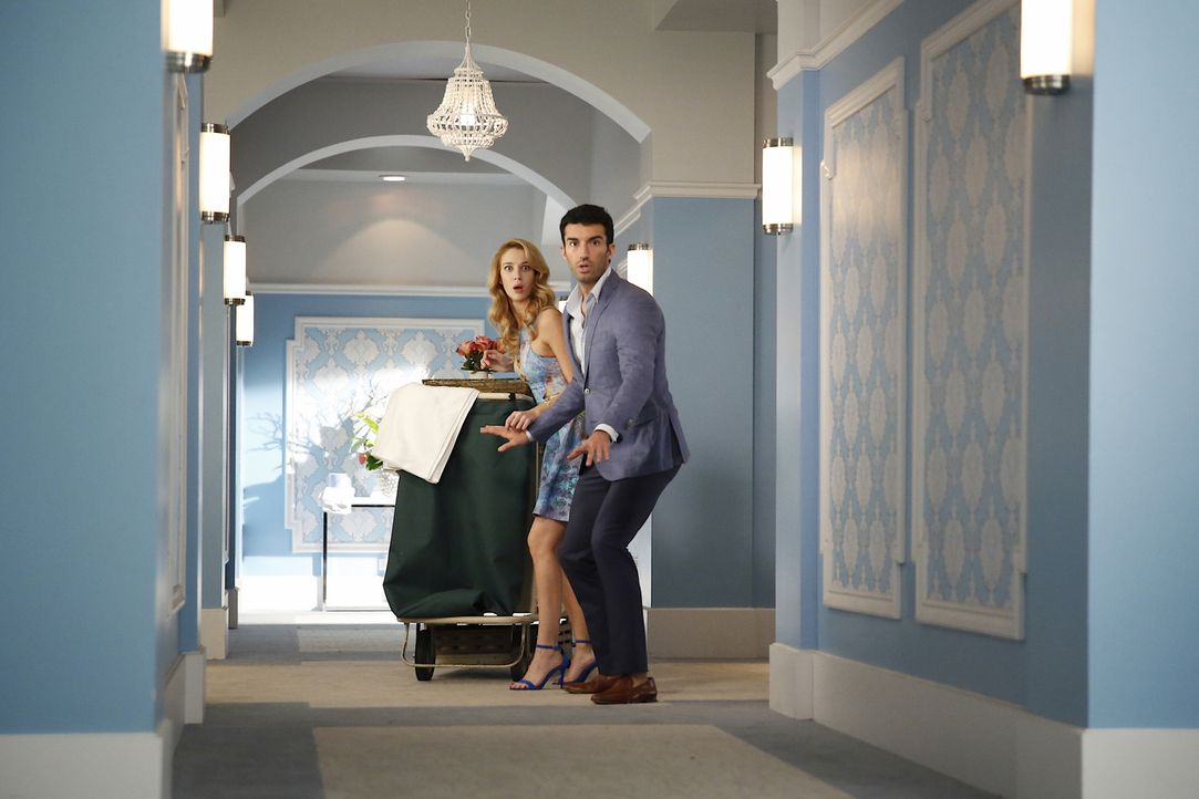 Was ist mit Petra (Yael Grobglas, l.) und Rafael (Justin Baldoni, r.) los? - Bildquelle: 2014 The CW Network, LLC. All rights reserved.