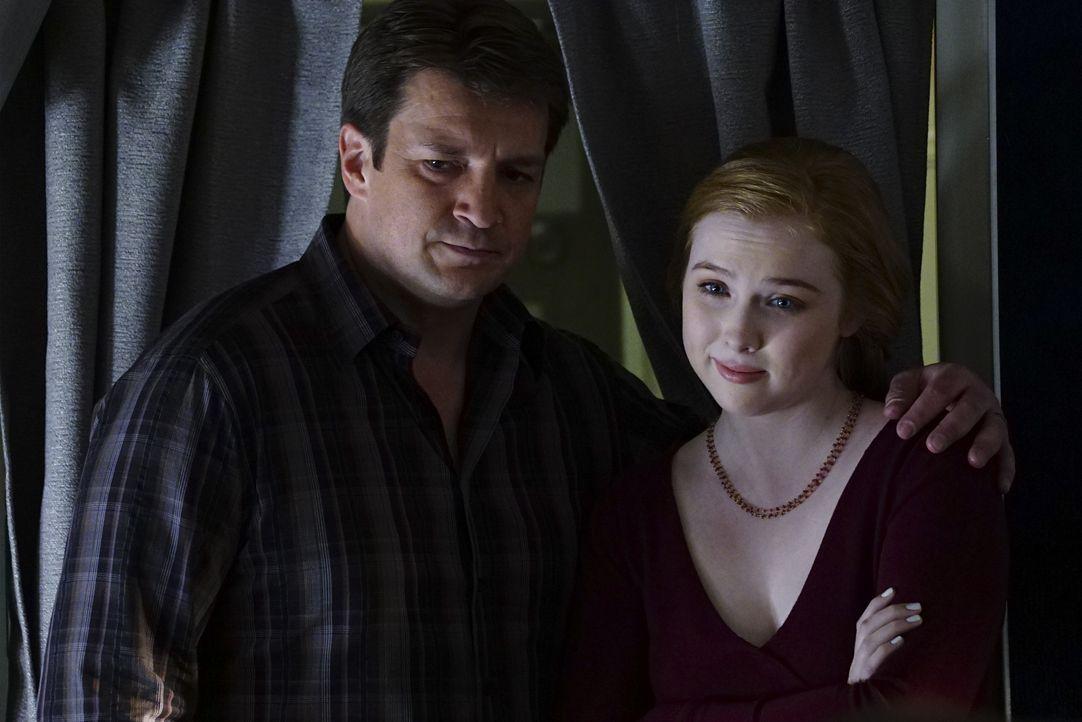 Dass ausgerechnet auf dem Flug seiner Tochter Alexis (Molly Quinn C., r.) ein Mord passiert, stößt Castle (Nathan Fillion, l.) sauer auf ... - Bildquelle: Richard Cartwright ABC Studios / Richard Cartwright