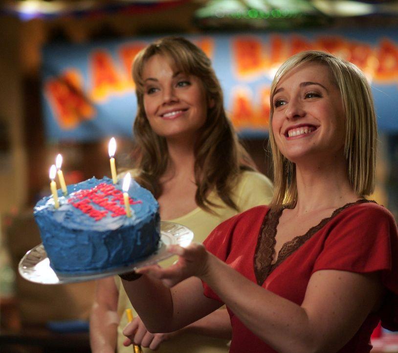 Es ist Clarks Geburtstag. Die Abwechslung kommt recht, finden Chloe (Allison Mack, r.) und Lois (Erica Durance, l.) ... - Bildquelle: Warner Bros.