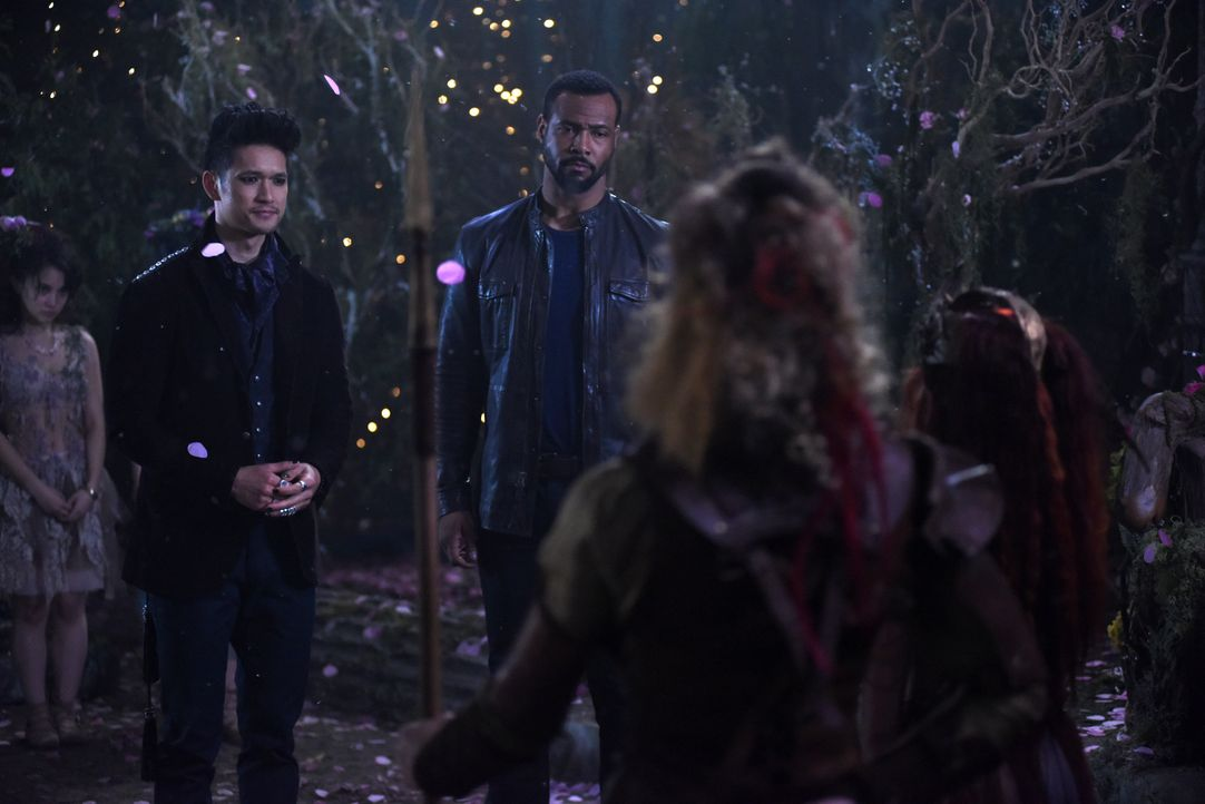 Magnus Bane (Harry Shum Jr. l.); Luke Garroway (Isaiah Mustafa, r.) - Bildquelle: John Medland 2017 Disney Enterprises, Inc. All rights reserved. / John Medland