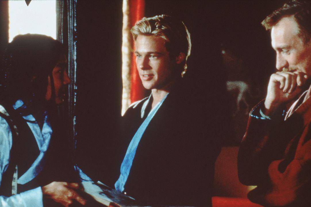 Die Schneiderin Pema Lhaki (Lhakpa Tsamchoe) kleidet Heinrich Harrer (Brad Pitt) und Peter Aufschnaiter (David Thewlis) neu ein. Und beide verlieben... - Bildquelle: TriStar Pictures