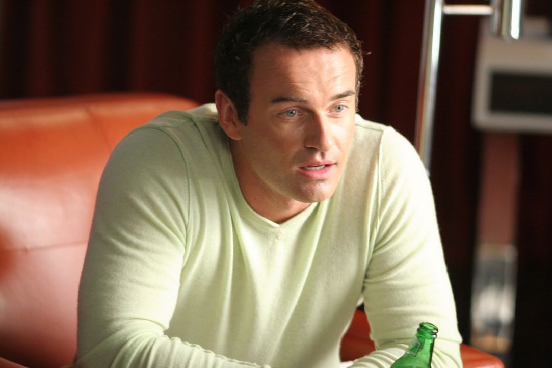 Wünscht sich Matt und Sean als Trauzeugen: Christian (Julian McMahon) ... - Bildquelle: TM and   2005 Warner Bros. Entertainment Inc. All Rights Reserved.