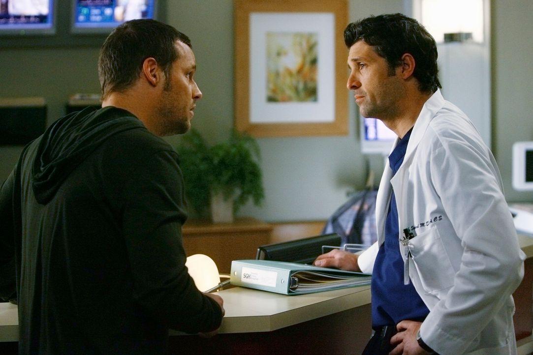 Izzie spricht sich gegen eine OP aus. Alex (Justin Chambers, l.) dreht fast durch und sucht Rat bei Derek (Patrick Dempsey, r.) ... - Bildquelle: Touchstone Television