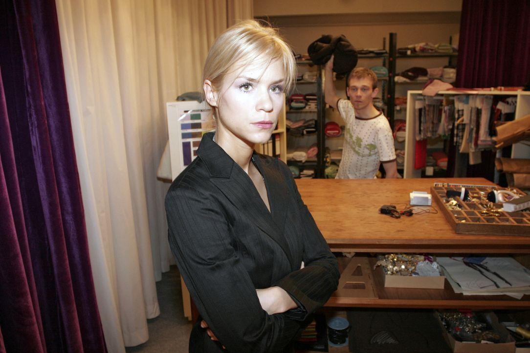 Sabrina (Nina-Friederike Gnädig, l.) möchte Jürgen (Oliver Bokern, r.) zur Hochzeit von Yvonne und Max angemessen feierlich einkleiden ... - Bildquelle: Noreen Flynn SAT.1 / Noreen Flynn
