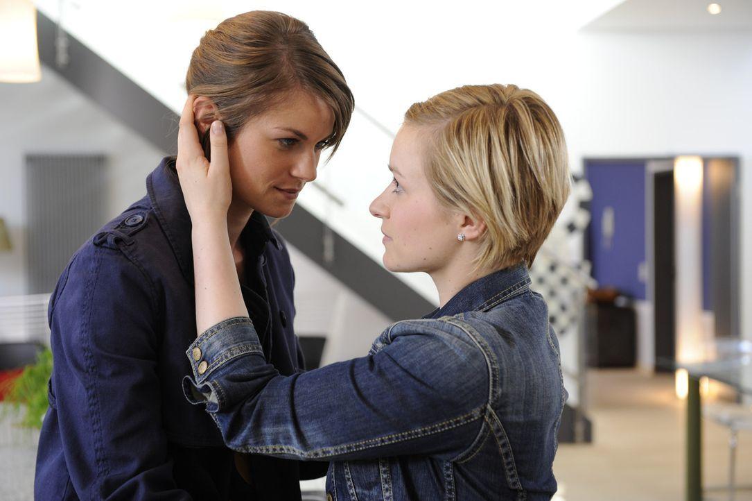 Obwohl Emma (Kasia Borek, r.) und Jenny (Lucy Scherer, l.) glücklich darüber sind einander wieder zu haben, ärgert es sie, dass Ronnie ungeschore... - Bildquelle: SAT.1