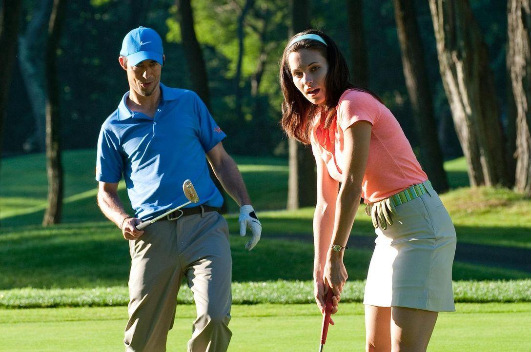 Zusammen mit ihrem Golfpartner Jack O'Malley (Tom Cavanagh, l.) bereitet sich Jill Casey (Jill Flint, r.) auf das bevorstehende Turnier vor. - Bildquelle: 2010 Open 4 Business Productions, LLC. All Rights Reserved.