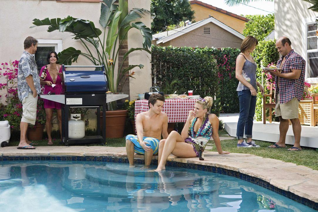 Als Jules (Courteney Cox, r.) bewusst wird, dass sie nicht alleine sein kann, findet das geplante Barbecue nun doch statt: Laurie (Busy Philipps, 3.... - Bildquelle: 2009 ABC INC.