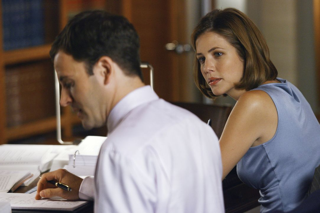 Maggie (Julie Gonzalo, r.) und Eli (Jonny Lee Miller, l.) arbeiten fieberhaft an ihrem neuen Fall: Sie wollen die Kirche verklagen ... - Bildquelle: Disney - ABC International Television
