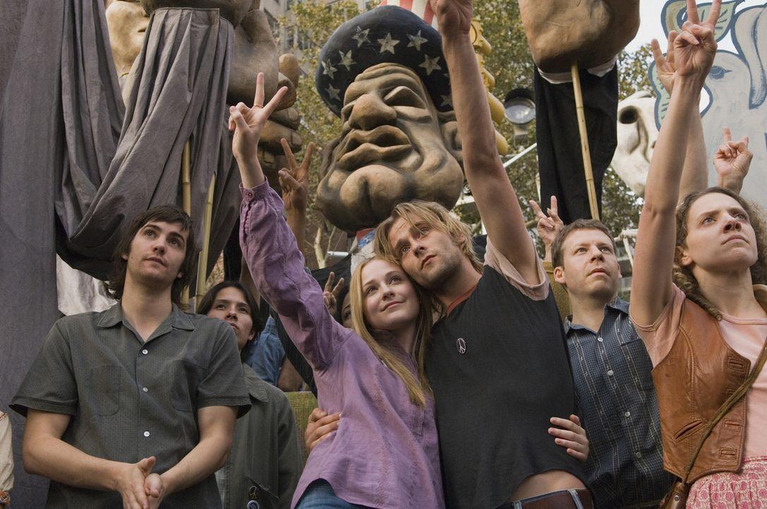 Während des Vietnamkrieges, kämpfen Lucy (Evan Rachel Wood, l.) und Max (Joe Anderson, r.) für den Frieden ... - Bildquelle: 2007 Revolution Studios Distribution Company, LLC. All Rights Reserved.