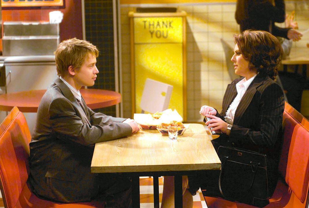 Aus Trotz, da Will die Interessen ihres Mannes vertritt, legt sich Karen (Megan Mullally, r.) einen seltsamen und etwas jungen Anwalt (Macauly Culki... - Bildquelle: NBC Productions