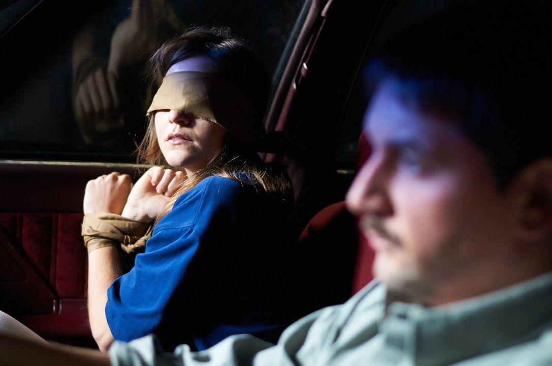 Als Bobby Joe Long (r.) Lisa (l.) entführt, ahnt er noch nicht, welche mutige und clevere 17-Jährige er sich ausgesucht hat ... - Bildquelle: Steven Lungley Cineflix 2014