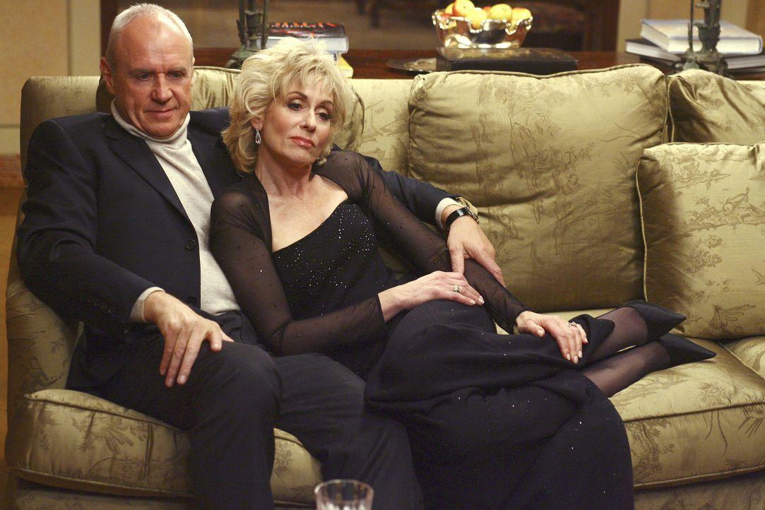Bradford Meade (Alan Dale, l.) und seine Frau Claire (Judith Light, r.) sind überglücklich, dass ihr Sohn eine enge Verbindung eingehen möchte ... - Bildquelle: Buena Vista International Television