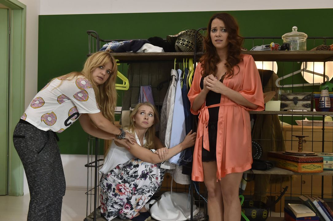 Als Luisa (Jenny Bach, M.) bei Mila (Susan Sideropoulos, l.) und Sally (Laura Osswald, r.) in der Wohnung eintrifft, hat sie Unfassbares zu beichten... - Bildquelle: Claudius Pflug sixx
