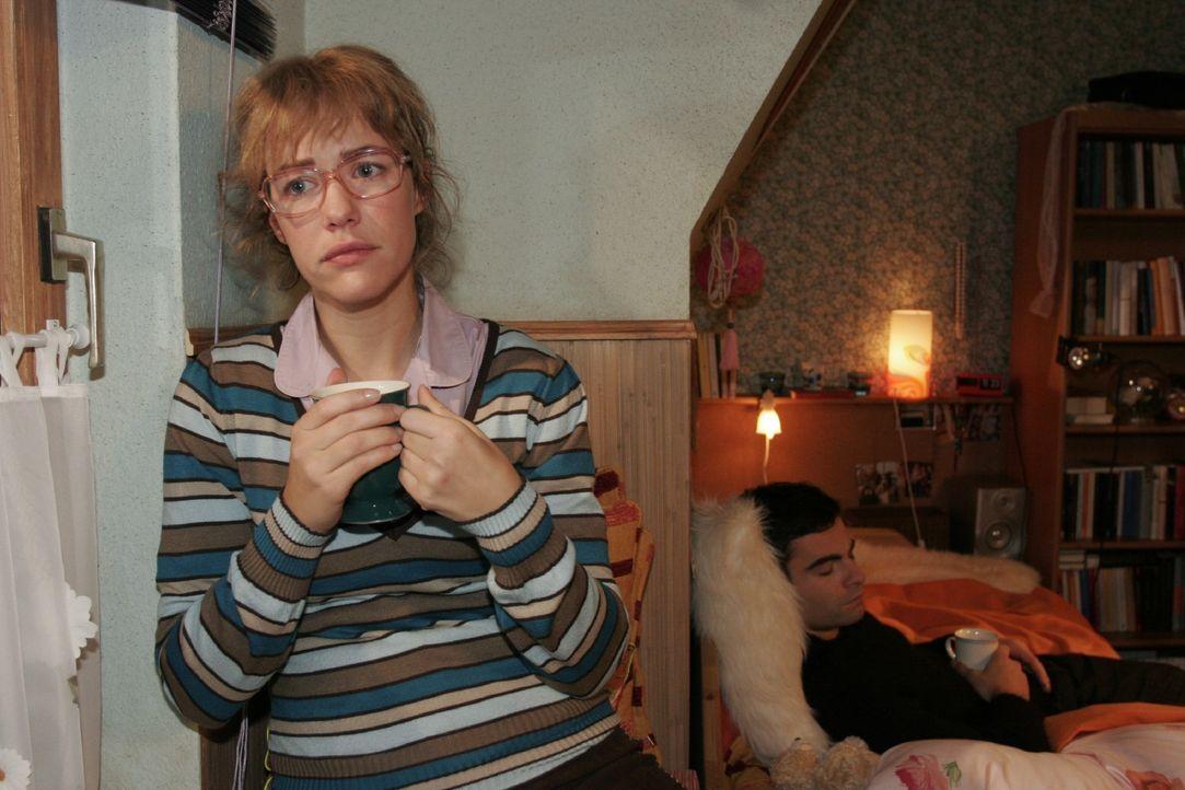 Lisa (Alexandra Neldel, l.) ist froh, dass David (Mathis Künzler, r.) bei ihr Ruhe findet - und fühlt sich ihm sehr nahe. (Dieses Foto von Alexandra... - Bildquelle: Noreen Flynn SAT.1 / Noreen Flynn