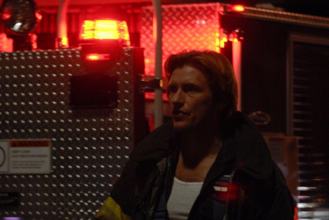 Tommy (Denis Leary) schlüpft in Keefes Uniform und fährt heimlich bei Einsätzen mit ... - Bildquelle: 2007 Sony Pictures Television Inc. All Rights Reserved