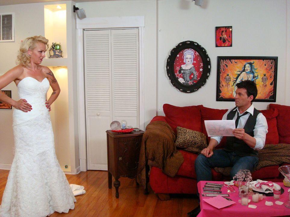 Braut Mandy trägt platinblonde Haare, unzählige Tattoos und arbeitet als Mar... - Bildquelle: Pilgrim Studios 2009