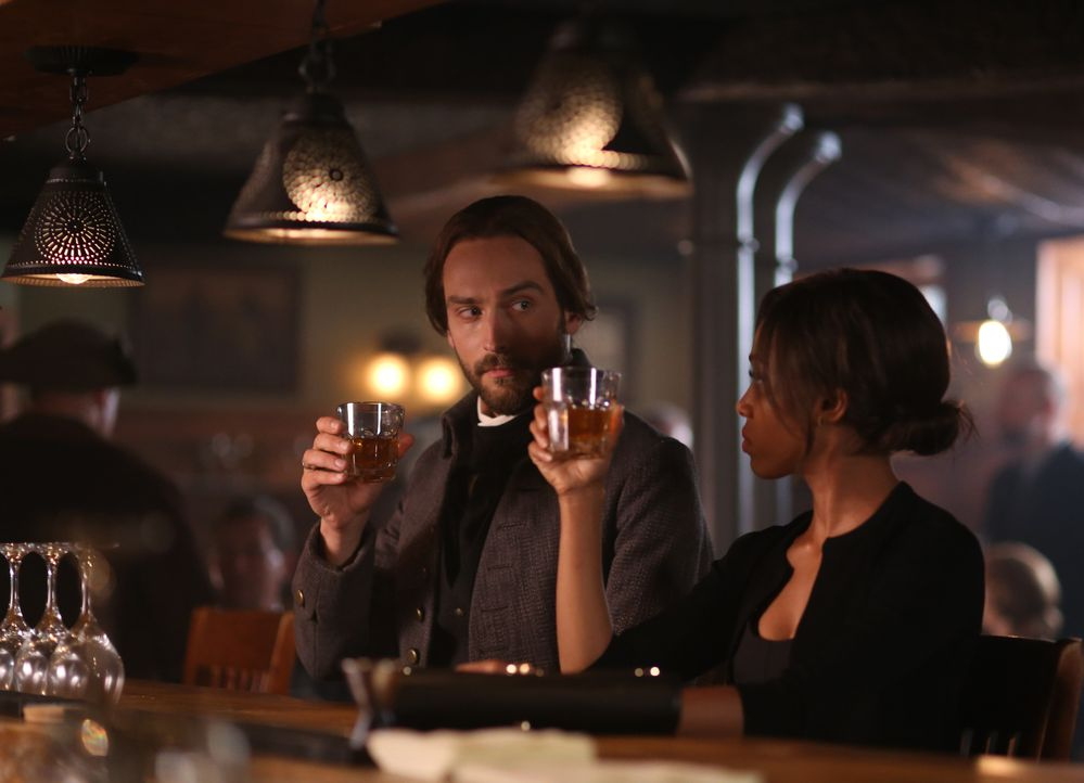 Die neusten Ereignisse lassen nicht nur Abbie (Nicole Beharie, r.), sondern auch Ichabod (Tom Mison, l.) an der Loyalität seiner Frau zweifeln ... - Bildquelle: 2014 Fox and its related entities. All rights reserved.