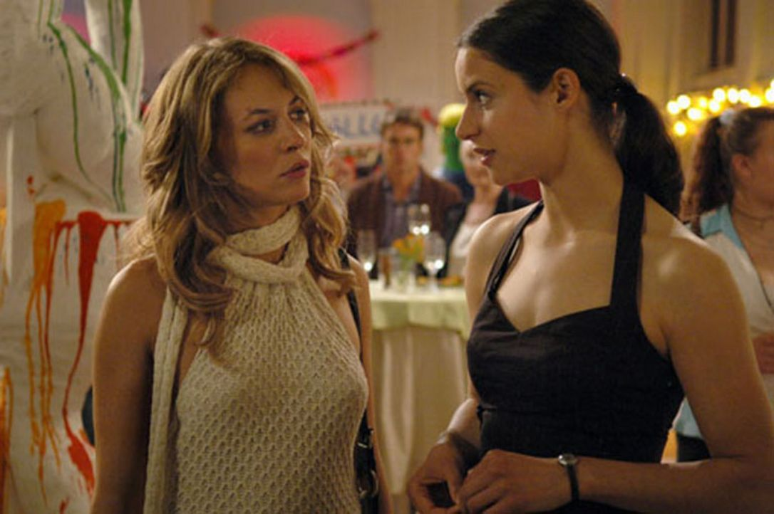 Als Annika (Liane Forestieri, r.) ihre langjährige Freundin Miriam (Julia Thurnau, l.) zu ihrer Ausstellungseröffnung einlädt, ahnt sie nicht, da... - Bildquelle: ProSieben