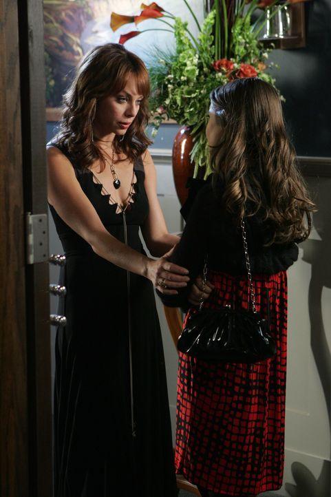Kaitlin (Willa Holland, r.) und Julie (Melinda Clarke, l.) konkurrieren um die Gunst von Spencer und Julie gelingt es schließlich, ihm näher zu ko... - Bildquelle: Warner Bros. Television