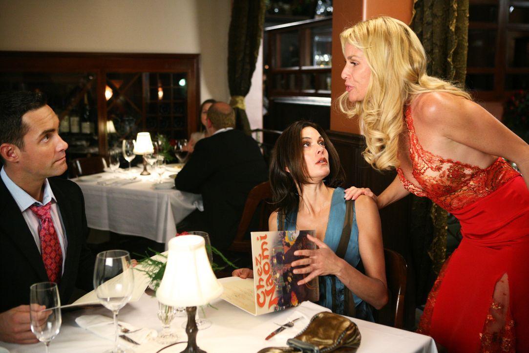 Bei einem Essen mit Dr. Ron (Jay Harrington, l.) kommt Edie (Nicollette Sheridan, r.) vorbei und berichtet Susan (Teri Hatcher, M.), dass Karl und s... - Bildquelle: 2005 Touchstone Television  All Rights Reserved