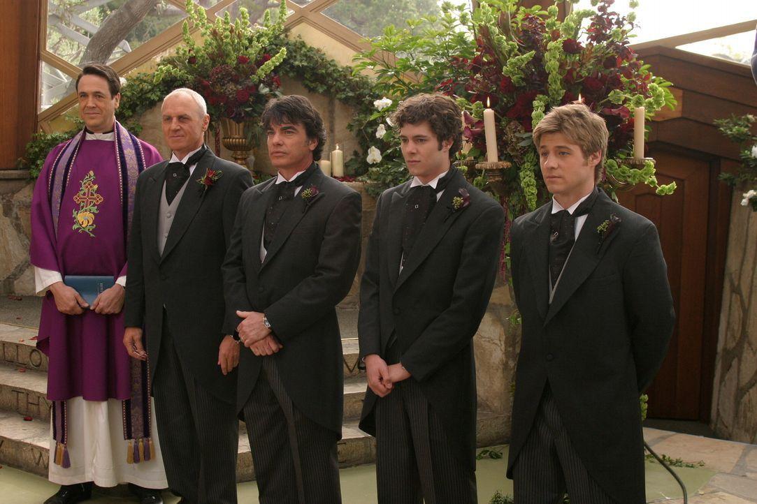 Warten auf die Braut: (v.l.n.r.) Reverend Donahue (Hamilton Mitchell), Caleb (Alan Dale), Sandy (Peter Gallagher), Seth (Adam Brody) und Ryan (Benja... - Bildquelle: Warner Bros. Television