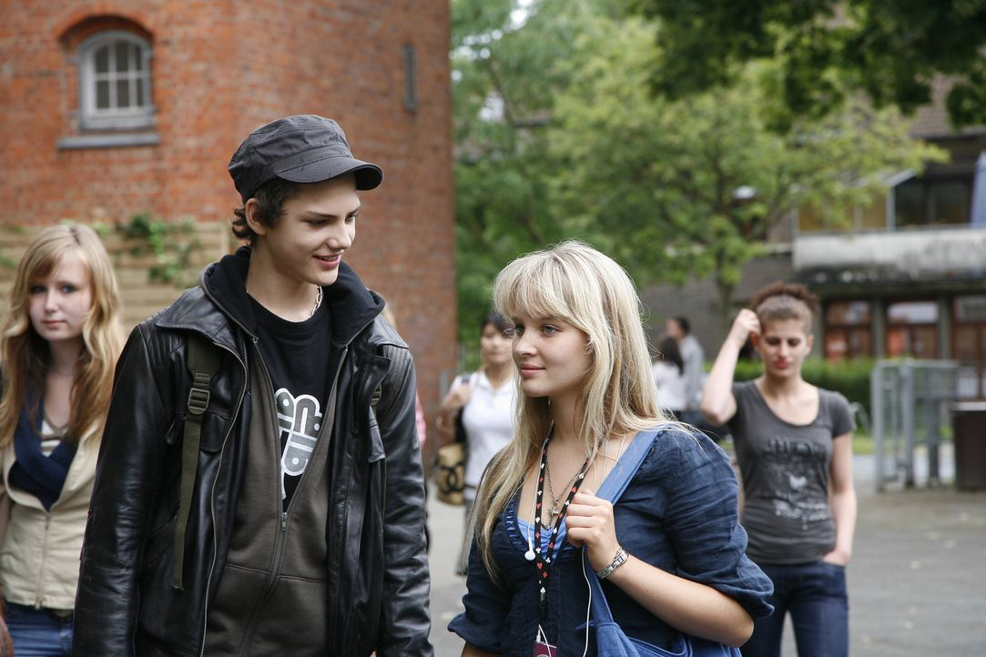 Tim (Jimi Blue Ochsenknecht, l.) flirtet gleich am ersten Schultag mit der hübschen Vic (Sonja Gerhardt, r.) - er ahnt nicht, dass seine Traumfrau b... - Bildquelle: Walt Disney Studios Motion Pictures