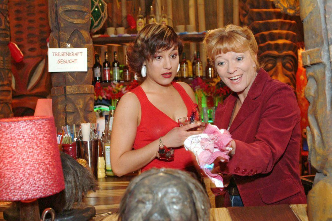 Yvonne (Bärbel Schleker, l.) bringt die arbeitsuchende Helga (Ulrike Mai, r.) ungewollt auf eine Idee ... - Bildquelle: Sat.1