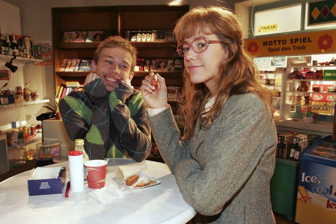 Lisa (Alexandra Neldel, r.) gibt gegenüber Jürgen (Oliver Bokern, l.) zu, dass sie anfängt, Rokkos Gesellschaft zu genießen. (Dieses Foto von Alexan... - Bildquelle: Noreen Flynn SAT.1 / Noreen Flynn