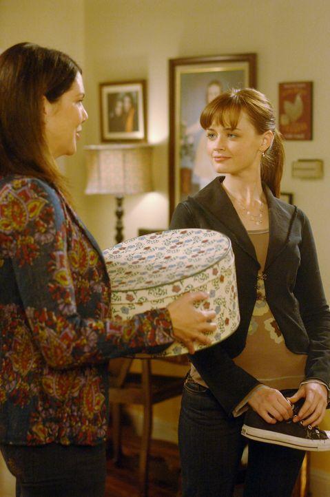 Lorelai (Lauren Graham, l.) ist froh, dass Rory (Alexis Bledel, r.) nun endlich wieder bei ihr einzieht ... - Bildquelle: Copyright Warner Brother International Television