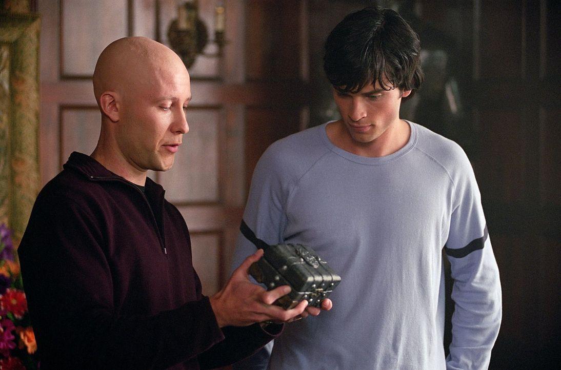 Was verbirgt Lex (Michael Rosenbaum, l.) in der kleinen geheimnisvollen Kiste vor Clark (Tom Welling, r.)? - Bildquelle: Warner Bros.