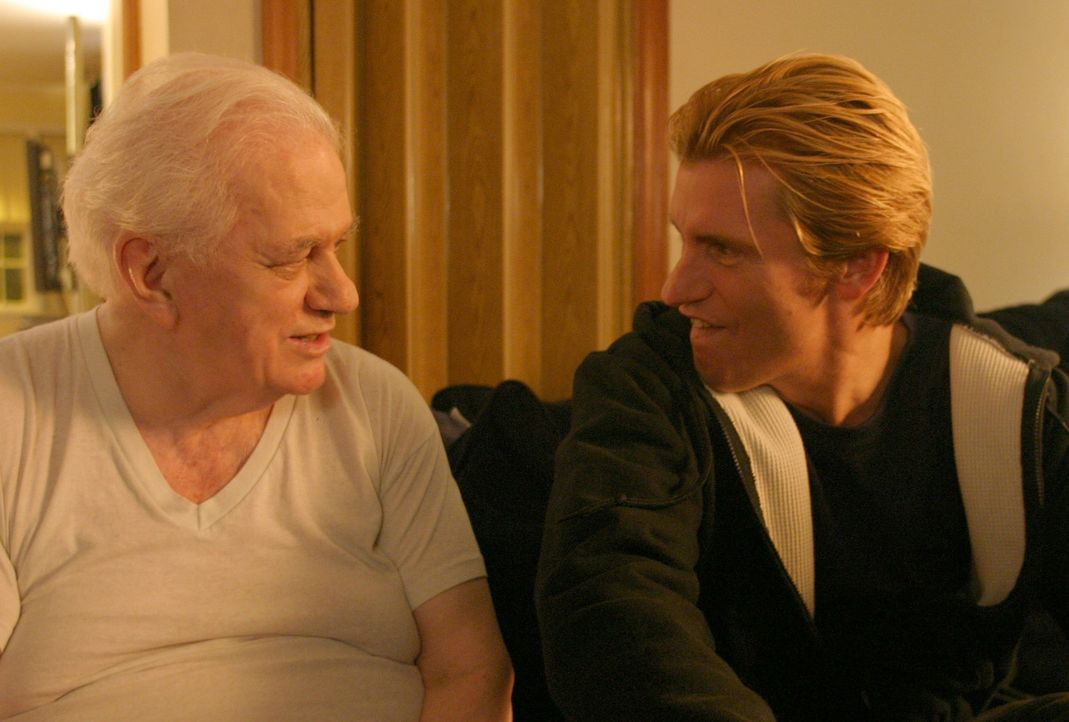 Erst spät gesteht sein Vater (Charles Durning, l.), dass er in seiner über 40 Jahre dauernden Ehe sexuell stets unglücklich war. Da erkennt Tommy... - Bildquelle: 2004 Sony Pictures Television Inc. All Rights Reserved.