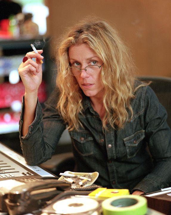 Die Musikproduzentin Jane (Frances McDormand) hält den Lebensstil der 60er hoch und weigert sich, erwachsen zu werden. - Bildquelle: Sony Pictures Television International. All Rights Reserved.