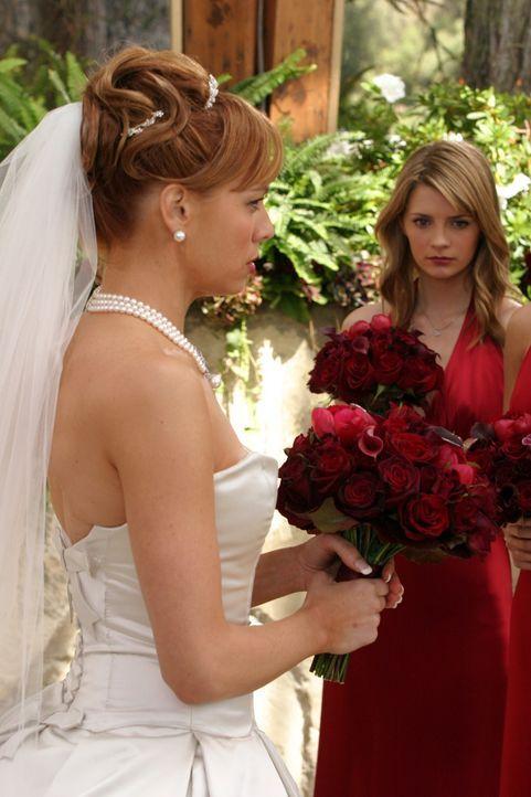 Nur höchst ungern zieht Marissa (Mischa Barton, r.) ins Haus von Caleb und Julie (Melinda Clarke, l.) ... - Bildquelle: Warner Bros. Television