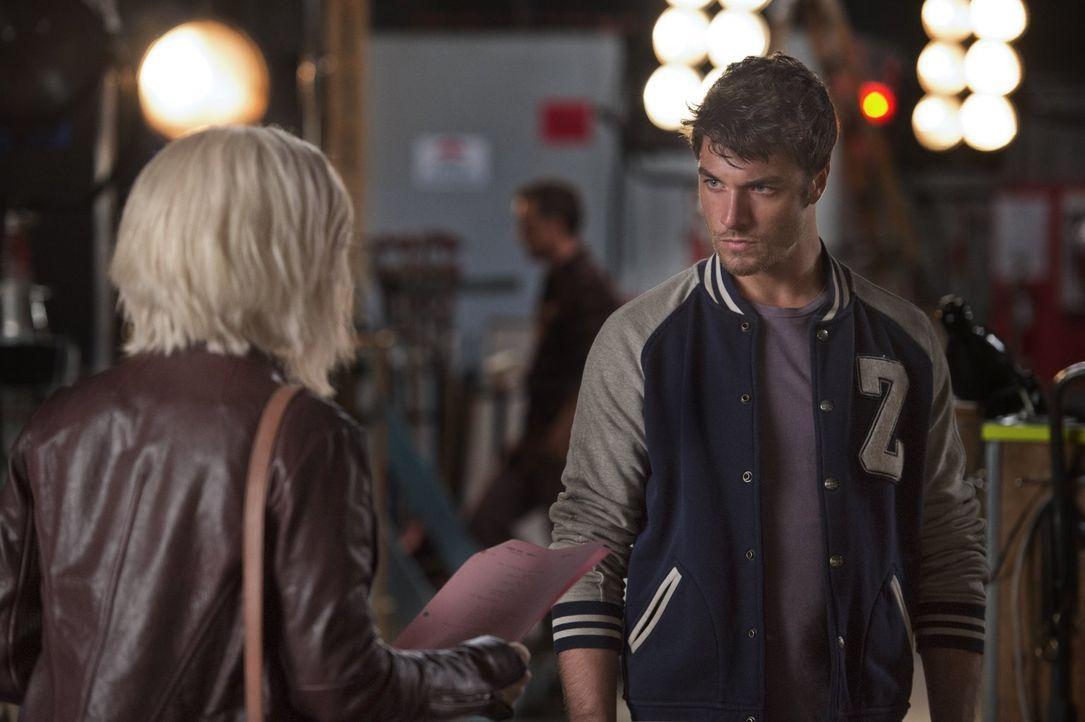 Lässt sich Liv (Rose McIver, l.) von Wyatt Carver alias Cody (Zack Peladeau, r.) blenden oder hat der Schauspieler wirklich nichts mit dem Tod seine... - Bildquelle: 2014 Warner Brothers