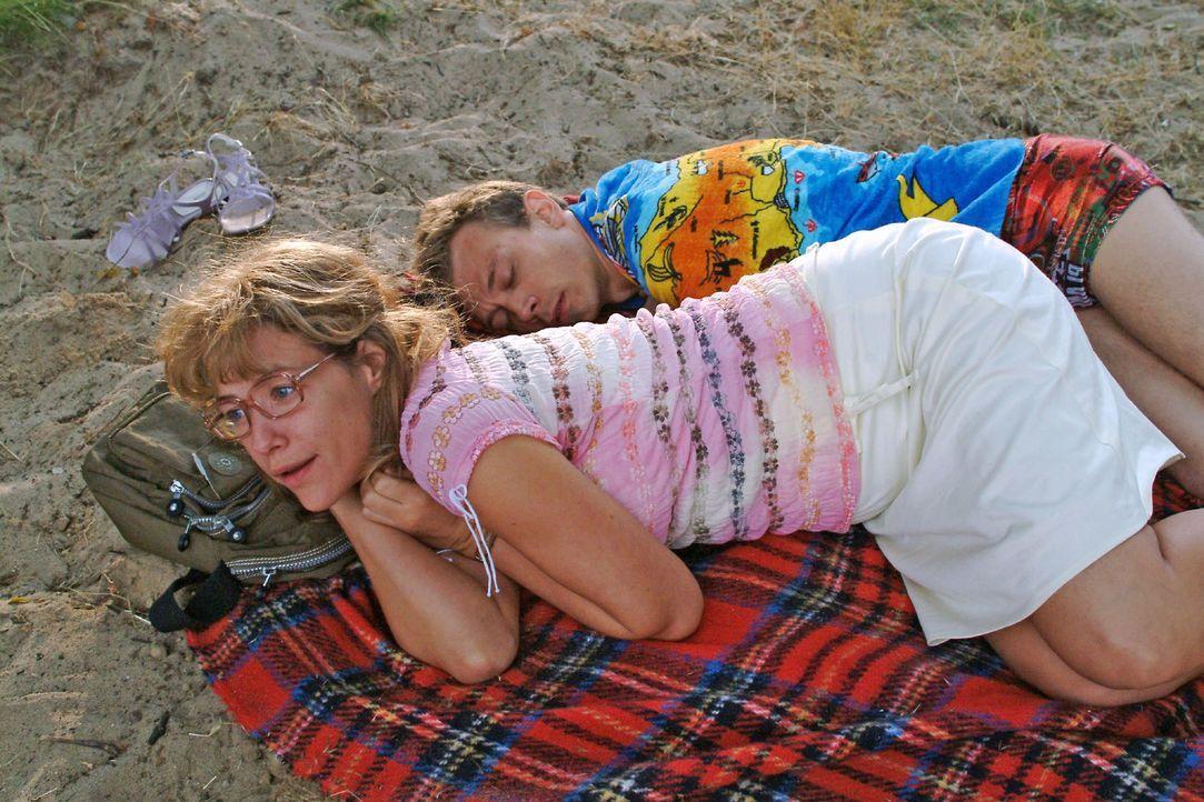 Nach ihrer ersten gemeinsamen, nicht unbedingt leidenschaftlich verlaufenen Nacht mit Jürgen (Oliver Bokern, r.) erwacht Lisa (Alexandra Neldel, l.... - Bildquelle: Monika Schürle Sat.1