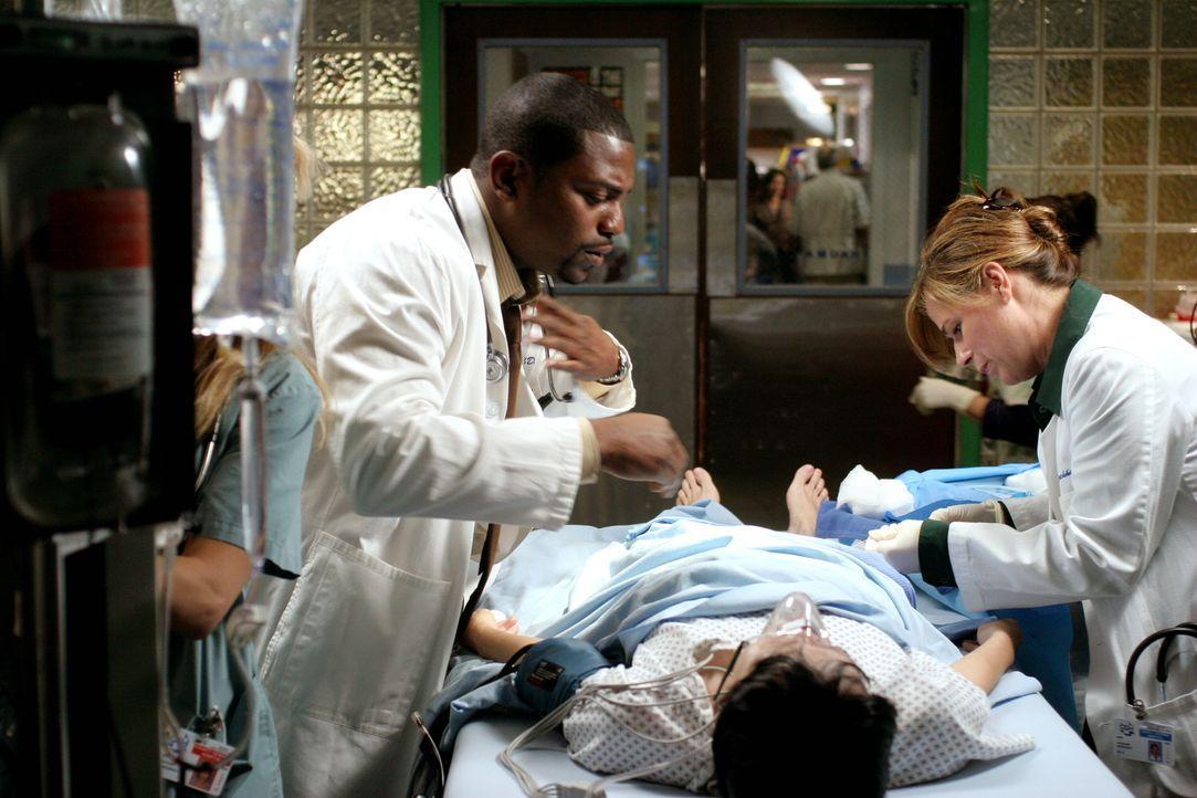 Versuchen auf unkonventionelle Weise eine innere Blutung zu stoppen: Pratt (Mekhi Phifer, l.) und Abby (Maura Tierney, r.) ... - Bildquelle: Warner Bros. Television